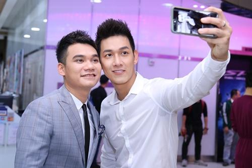 Ca sĩ Song Luân được Khắc Việt dìu dắt từ bước đầu sự nghiệp. Trong MV Ngày cưới, nam nhạc sĩ hóa thành một đại ca, yêu thầm một