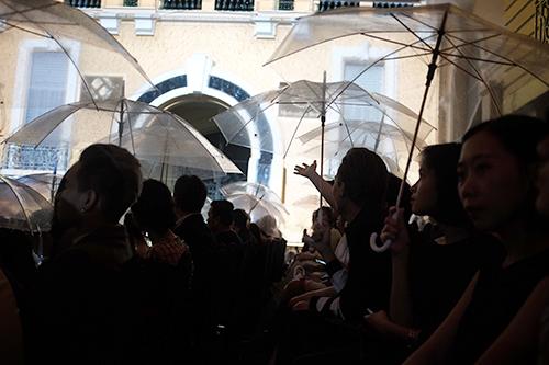 Khán giả ngồi dưới những chiếc ô trong suốt xem show Lam Vũ.