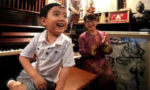 'Thần đồng' Evan Le đùa nghịch ở nhà cố nhạc sĩ Trịnh Công Sơn