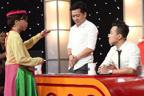 Nữ thí sinh chất vấn chiều cao Trường Giang (giữa) bên Trấn Thành (phải).