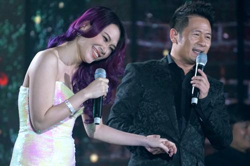Cặp ca sĩ ôn lại kỷ niệm khi mới quen nhau. Khi được đàn anh hỏi