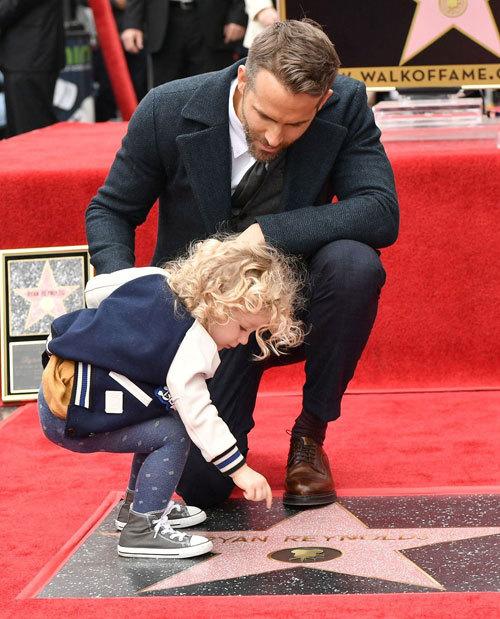 Vợ chồng Ryan Reynolds khoe hai con gái