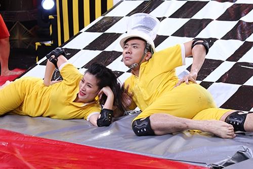 Toàn cơ thể ướt nhẹp, Trấn Thành và bạn cùng đội - diễn viên Kiều Linh - vẫn tạo dáng hài hước trước khán giả.