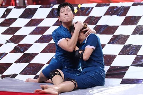Nam diễn viên giúp đồng nghiệp tránh các cú ném bóng từ đội khác. Lan Phương chia sẻ dù