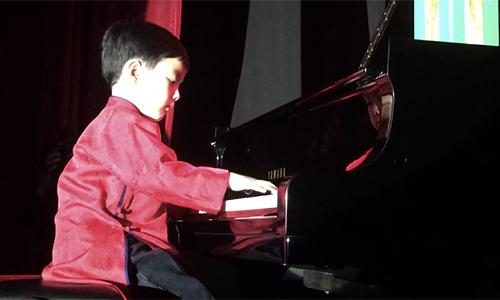 Evan Lê trình diễn tiết mục mở màn với bản nhạc Diễm xưa. Cả khán phòng bỗng yên lặng vào giây phút đôi bàn tay nhỏ nhắn của cậu bé lướt trên phím đàn. Evan đã hoàn toàn chinh phục được tất cả mọi người bởi phong cách dễ thương và thật sự hoà mình vào bản nhạc, chuyên nghiệp như người lớn.