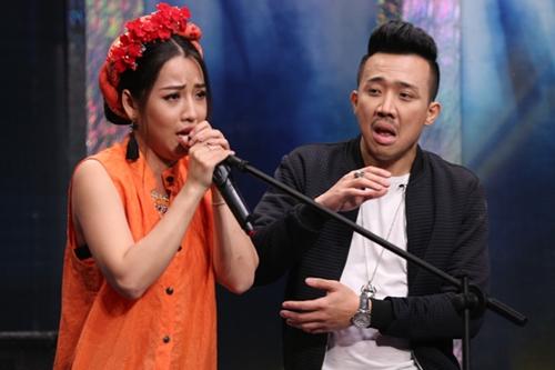 Diễn viên Puka (trái)