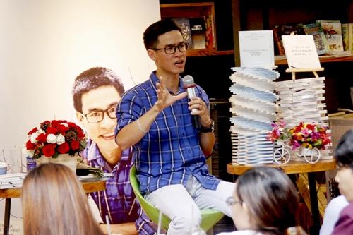 Nhà thơ Nguyễn Phong Việt trong buổi ra mắt tập thơ thứ năm.