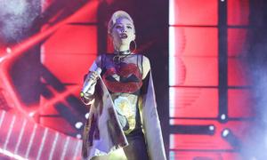 Tóc Tiên diện trang phục họa tiết phản cảm trên sân khấu