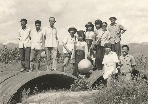 - Ảnh 1: Anh Ngọc (ngoài cùng bên phải) cùng các họa sĩ, nhà điêu khắc (Nguyễn Văn Đôn, Nguyễn Thị Kim, Lương Xuân Nhị, Sĩ Ngọc...) lên Điện Biên Phủ đi thực tế, năm 1978.