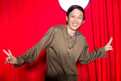 Hoài Linh trở thành tâm điểm của chương trình khi diện trang phục áo bà ba nâu sồng. Trong phim, anh đóng vai Năm Nhẹp, một lão nông khó tính, đành hanh song rất thương yêu cháu gái.