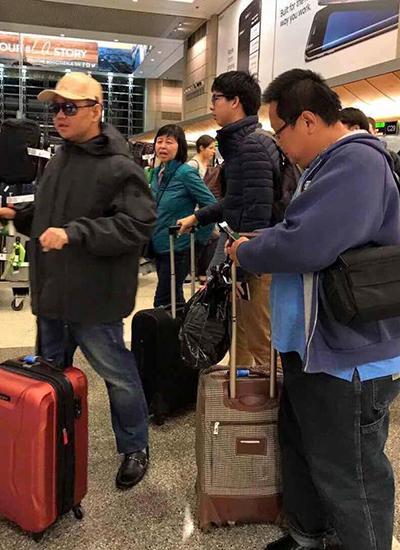 Minh Béo (trái) ở sân bay cùng anh trai -Hồng Phước Kiên