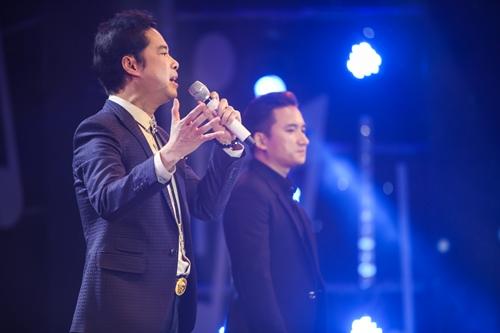 Ngọc Sơn (trái) hát cùng đàn em Phan Mạnh Quỳnh ca khúc Tình dại khờ - Bóng tối không em.