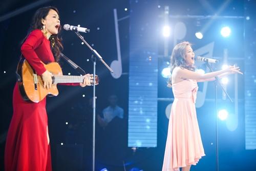Ca sĩ Hồng Hạnh (trái) vừa đàn guitar vừa song ca cùng đàn em Thanh Ngọc bài Gửi người tôi yêu - ca khúc do bố