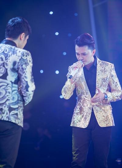 Ca sĩ Nam Cường (phải) song ca cùng đàn anh Xuân Phú liên khúc Xóm đêm -  Ngày mai.