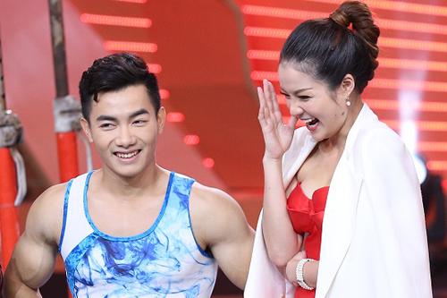 Người đẹp Thủy Top (phải) ngượng ngùng bên vận động viên thể dục dụng cụ Phạm Quốc Hưng