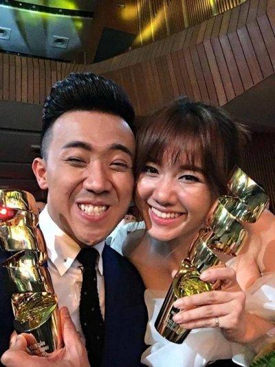 Trấn Thành và Hari won chụp ảnh selfie chia sẻ niềm vui cùng nhau sau lễ trao giải thưởng HTV Awards.