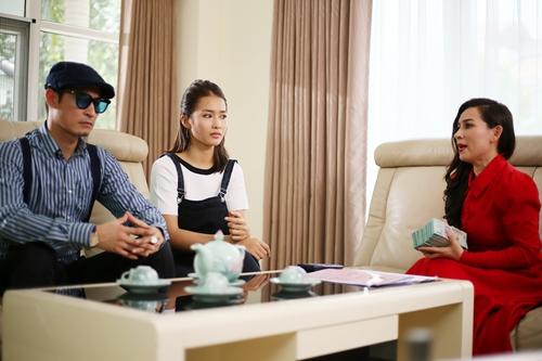 Huy Khánh (trái) vào vai đại gia, cặp với cô gái quê (giữa, Khả Ngân đóng). Nam diễn