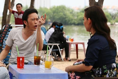 Trước mỗi cảnh quay chung, Hoài Linh (trái) đều bàn bạc về ý tưởng diễn với Phi Nhung. Danh hài vào vai một diễn viên hết thời được tú bà thuê làm bố của