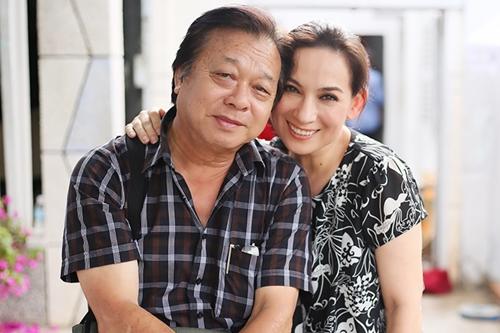 Phi Nhung bên Nghệ sĩ Nhân dân Trần Ngọc Giàu, đạo diễn bộ phim. Ông từng hợp tác cùng chị trên truyền hình qua các phim