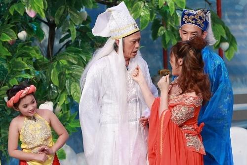Hoài Linh (giữa) là người thử thách khả năng diễn xuất của các thí sinh trong tiết mục cuối.