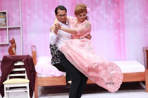 Diễn viên Huỳnh Đông (trái) và ca sĩ Thanh Duy diễn vai chú rể - cô dâu đêm tân hôn.