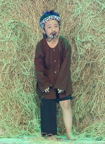 Cô bé hơn 7 tuổi diễn lại điệu bộ của