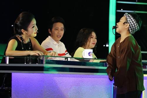 Mai Chi tự tin xuống bàn giám khảo tương tác với các nghệ sĩ.