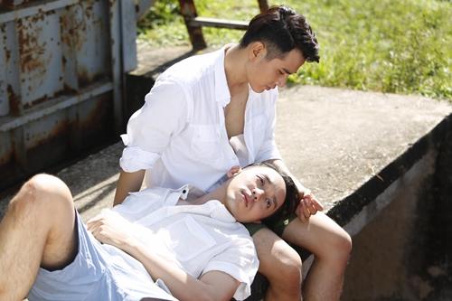 La Quốc Hùng (nằm) và Trần Huy Anh đóng vai hai chàng trai có quan hệ tình cảm trong phim mới.