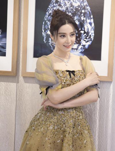 Ống tay và cổ váy lấy cảm hứng từ váy công chúa của Disney.