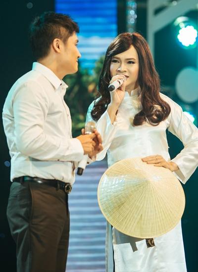 Ca sĩ Nam Cường (phải) giả gái, viễn
