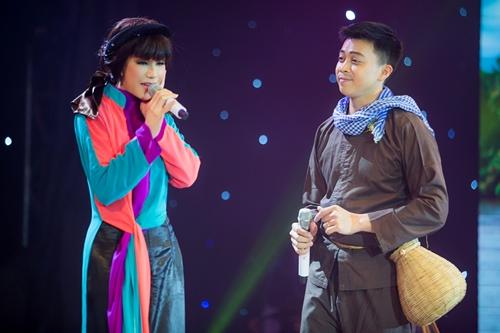 Ca sĩ Nhật Hạ (trái) e ấp trong tà áo tứ thân khi hát Vợ chồng quê - Sài Gòn cà phê sữa đá (