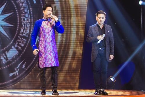 Ca sĩ Ngọc Sơn (trái) hát cùng đàn em Phan Mạnh Quỳnh. Giọng ca 9x
