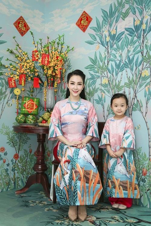 Con gái Linh Nga chải tóc cho mẹ