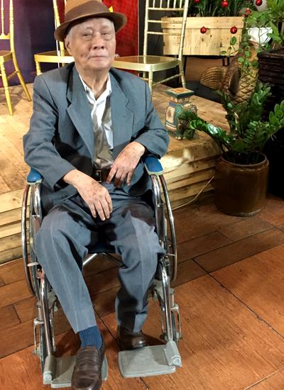 Nhạc sĩ Nguyễn Văn Tý ngồi xe lăn đến dự buổi giới thiệu hoạt động từ thiện của NSND trong chốc lát.