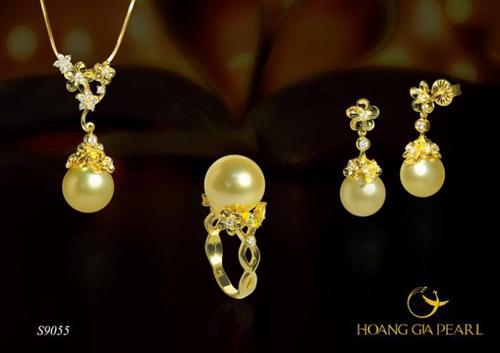 Thượng Uyển - Bộ trang sức ngọc trai South Sea vàng ánh kim kích thước ngọc 11,1-12mm với thiết kế đầy chất ngẫu hứng hoa lá. Chất liệu vàng 9K đính đá càng tôn lên vẻ thanh thoát, quý phái cho ánh sắc ngọc trai.