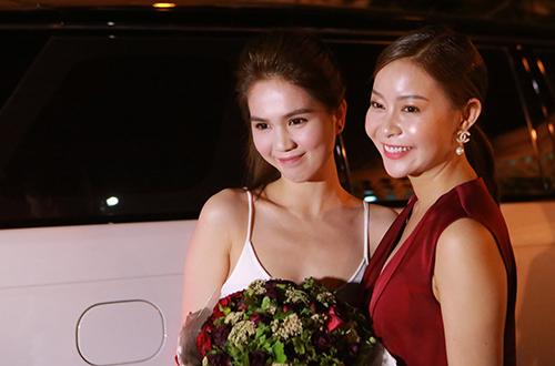 Hoa hậu Áo dài Hải Dương tới tặng hoa và cổ vũ mỹ nhân Vòng eo 56 diễn hài.