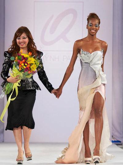 Quỳnh Paris (trái) trong một sự kiện thời trang ở Los Angeles, Mỹ năm 2012.