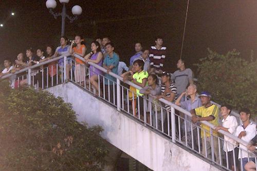 Nhiều khán giả bám khu vực lan can ở cầu vượt đối diện tòa nhà