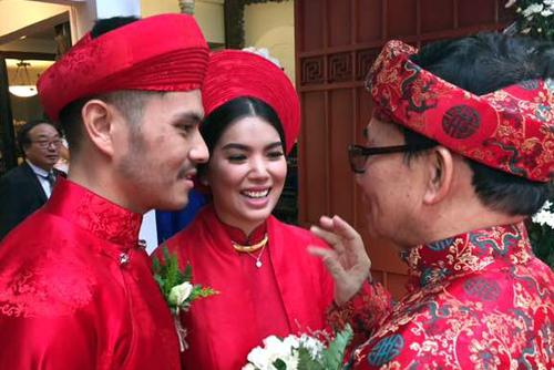 Trước đó, ngày 28/12, cả hai tổ chức lễ cưới ở nhà truyền thống của cố nhạc sĩ Trịnh Công Sơn tại đường Phạm Ngọc Thạch, TP HCM.