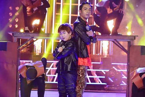 Ở đầu chương trình, ca sĩ Đình Hiếu và thí sinh nhí Quốc Thái hóa thành cặp song ca Jaden Smith  Justin Bieber trong ca khúc Never say never.