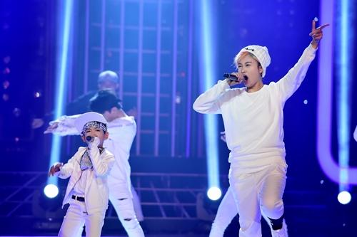Nữ ca sĩ Hà Thúy Anh cùng học trò  bé Minh Chiến thể hiện ca khúc Wolf của nhóm nhạc Hàn Quốc EXO.