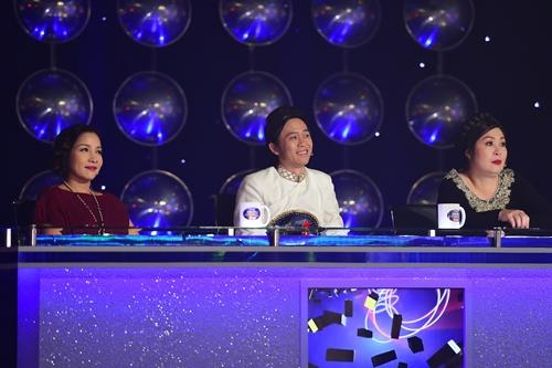 Từ trái qua, ba giám khảo đêm chung kết: ca sĩ Mỹ Linh, NSƯT Hoài Linh, NSND Hồng Vân.