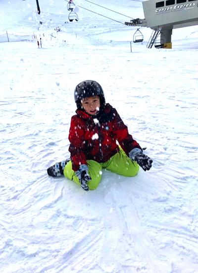 Hà Kiều Anh cảm thấy thư thả khi nhìn các con thích thú nghịch ngợm trong tuyết.