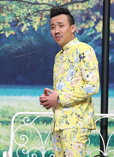 Trấn Thành vào vai một người đàn ông ăn mặc đồng bóng.