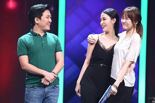 Trong tập một gameshow Siêu bất ngờ, diễn viên Trường Giang (trái) và ca sĩ Hari Won