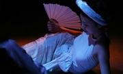 Mẫu nữ mặc yếm nghe hát xẩm trong show Sĩ Hoàng