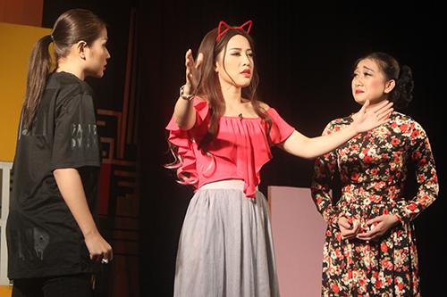 Diễn viên Puka (giữa)