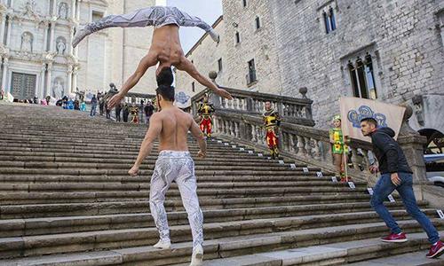 Anh em Quốc Cơ Quốc Nghiệp biểu diễn màn chồng đầu tạiNhà thờ Chánh tòa ở thành phố Girona.