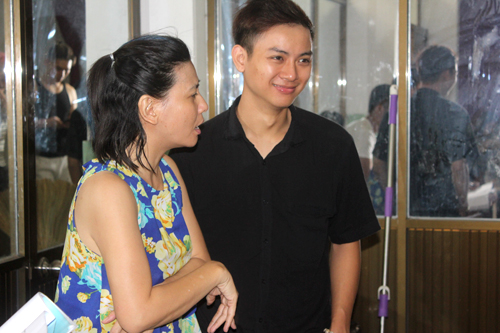Diễn viên Cát Phượng (trái) hướng dẫn cho các nghệ sĩ trẻ cách nắm bắt mảng miếng hài. Chị là đạo diễn và đồng biên kịch trong liveshow mới