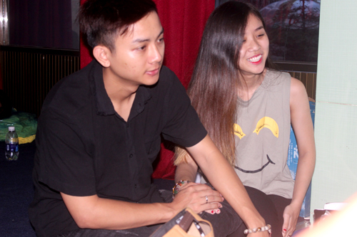 Nam ca sĩ khẽ nắm tay bạn gái khi trò chuyện cùng người khác. Cuối tháng 11, Hoài Lâm gây xôn xao khi